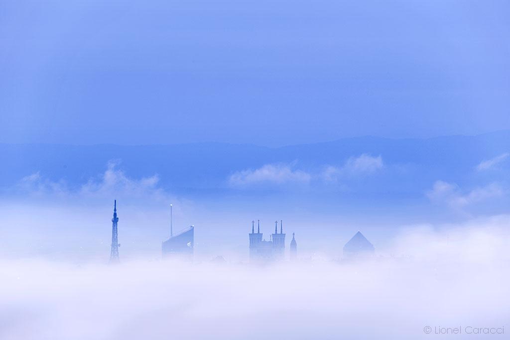 Photo Lyon dans la brume - Fourvière - Crayon - Incity - © Lionel Caracci Krom Galerie