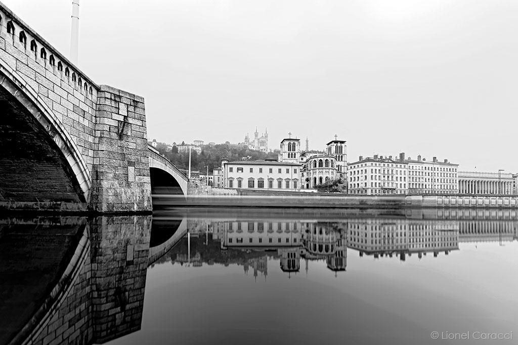 Photo Lyon Noir et Blanc - La Colline de Fourvière se reflète dans la Saône © Lionel Caracci Krom Galerie